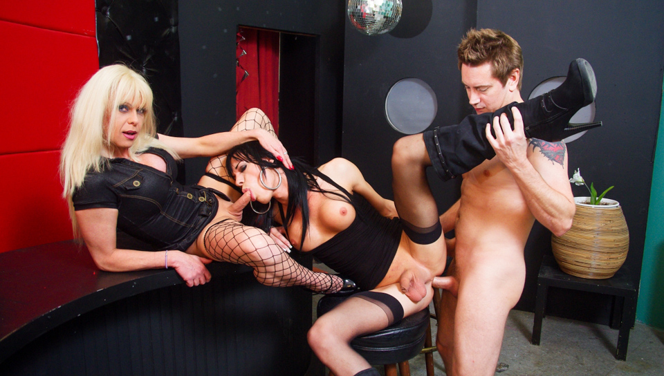 Threesome with two tranny dicks for a horny guy